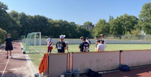 Teambesprechung: Die Blindenfussballer*innen bereiten sich auf das Match vor
